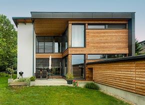 fertigteilhaus aus holz passivhaus tauglich mit solar heizung. Black Bedroom Furniture Sets. Home Design Ideas